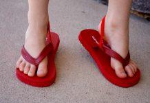 Criança com chinelos grandes